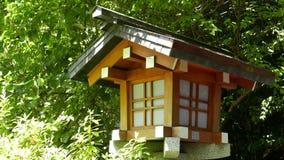 Внешняя традиционная деревянная лампа в саде Дзэн Стоковые Изображения