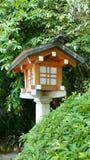 Внешняя традиционная деревянная лампа в саде Дзэн Стоковое Изображение RF