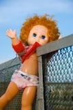вне брошенная кукла стоковое изображение rf