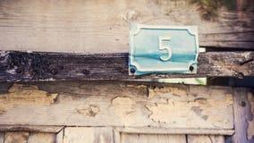 Вне знак 5 двери деревянный Стоковое Изображение