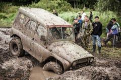 Внедорожные stucks трофея UAZ 469 в грязи делают ямки Стоковые Изображения RF