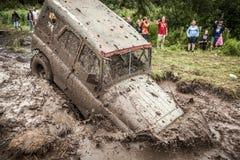 Внедорожные stucks трофея UAZ 469 в грязи делают ямки Стоковое Изображение RF