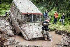 Внедорожные stucks трофея UAZ 469 в грязи делают ямки Стоковые Фотографии RF