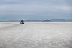 Внедорожный корабль в соли Салара de Uyuni плоском - отдел Potosi, Боливия стоковое изображение