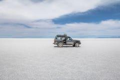 Внедорожный корабль в соли Салара de Uyuni плоском - отдел Potosi, Боливия стоковое фото