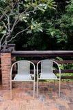 Вне пары двери стульев ротанга Стоковая Фотография