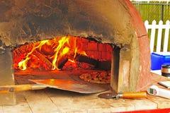 вне пицца печи подготовляя тягу к Стоковое Фото