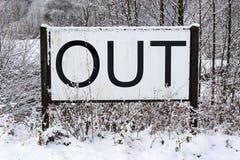 Вне подпишите внутри снежный ландшафт, Новые Годы разрешений, концепции само-улучшения, изменения образа жизни, улучшения разум-т стоковое фото rf