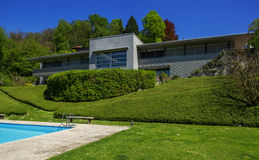 Вне современного дома в лете, бассейн стоковое фото rf
