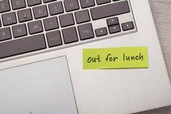 Вне для примечания обеда липкого на компьтер-книжке Стоковая Фотография