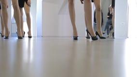 Вниз взгляд женщин идя вверх и вниз под управление сток-видео