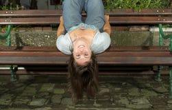 вниз внешняя сторона девушки счастливая Стоковое Изображение RF