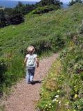 вниз гулять путя девушки Стоковые Изображения RF