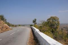 вниз дорога холма стоковое фото