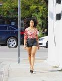 вниз женщина улицы гуляя Стоковая Фотография
