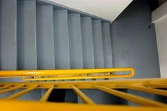 вниз идя лестницы стоковое фото rf