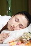 вниз лежа relaxed детеныши женщины Стоковое Фото