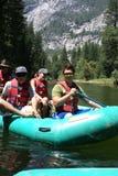 вниз люди группы сплавляя реку Стоковые Изображения