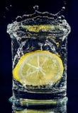 вниз падая стеклянная половинная вода лимона Стоковое Фото