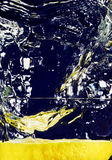 вниз падая стеклянная половинная вода лимона Стоковые Фото