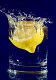 вниз падая стеклянная половинная вода лимона Стоковые Фотографии RF