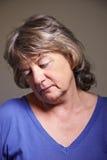 вниз пожилая смотря женщина стоковое изображение rf