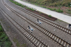 вниз смотреть поезд следов дороги рельса Стоковая Фотография RF