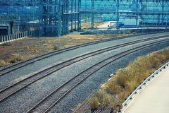 вниз смотреть поезд следов дороги рельса Стоковые Фотографии RF