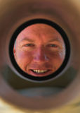 вниз стеките смотреть водопроводчика трубы smling Стоковое Изображение