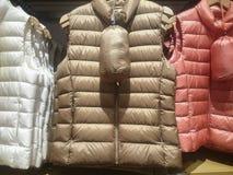 Вниз с курток на витринах магазина стоковое изображение