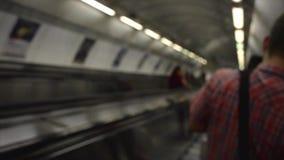Вниз с эскалатора и в метро видеоматериал