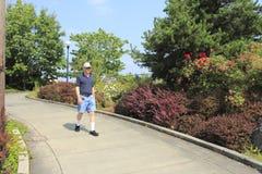 вниз тротуар человека склонял гуляющ Стоковые Изображения RF