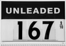 вниз цены газа топлива идя показывая знак Стоковая Фотография