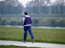вниз jogging река Стоковые Фотографии RF