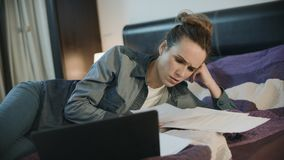 Внимательная женщина делая обработку документов вечером Бизнес-леди работая с бумагами акции видеоматериалы