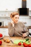 Внимательная свет-с волосами женщина подготавливая светлый обедающий с овощами стоковые фотографии rf