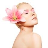 внимательность красотки делает розовую спу кожи вверх по здоровью Стоковые Фото