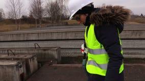 Внимательный женский контролер проверяя бетонные плиты сток-видео