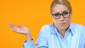 Внимательный менеджер царапая голову и shrugging плечи, не имеющ никакую идею сток-видео