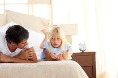 внимательный отец дочи его говорить стоковое изображение rf