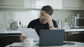 Внимательный человек работая с документами дома Бизнесмен делая обра видеоматериал