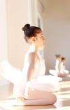 Внимательная девушка балерины на тренировке балета Стоковые Фотографии RF