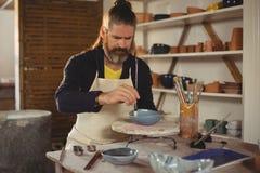 Внимательная мужская картина гончара на шаре стоковое изображение rf