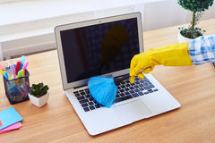 Внимательное припудривание charwoman с малой клавиатурой веника Стоковое Фото