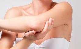 Внимательность красотки и тела Женский локоть стоковые фотографии rf