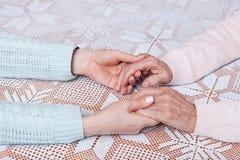 Внимательность дома пожилых людей Держать крупный план рук Стоковое фото RF
