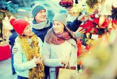 Внимательные родители с девочка-подростком на счетчике с Poinsettia a Стоковые Фото