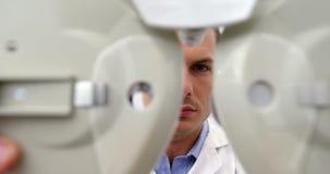 Внимательный optometrist регулируя phoropter видеоматериал