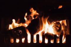 Вносит дальше огонь в журнал, камин, кабину горнорабочих, Уэльс Стоковая Фотография RF