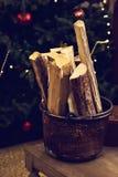 Вносит дальше корзину в журнал, ведро около дерева Нового Года Стоковая Фотография